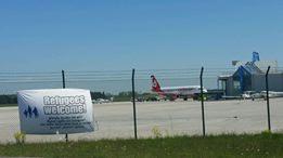 Flugplatz und Protest-Banner